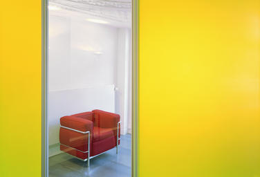 VDS Lawyers, Amsterdam  –  Primary colors, linear and elegant furniture