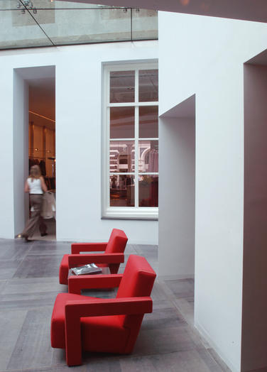 Claudia Sträter, Arnhem  –  Red chairs designed by Rietveld
