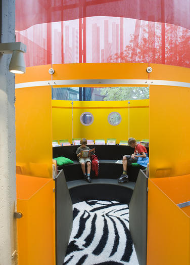 Media library, Delft  –  Reading kids in own colourfull space